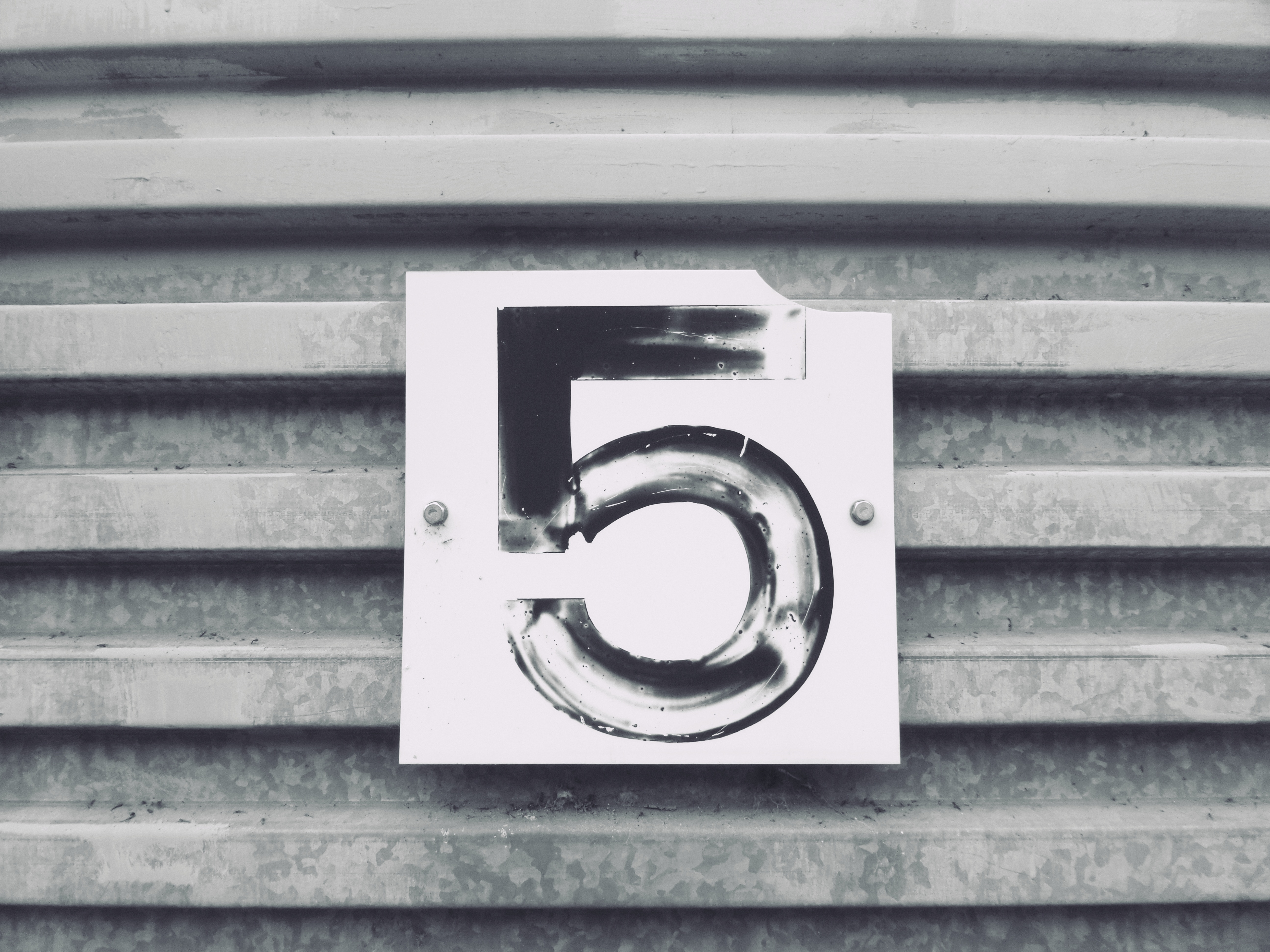 A black and white image of the number 5